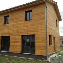 Porte-fenêtre et fenêtre assorties sur maison BBC bois par Porte fenêtre et volets assortis design réalisés par BPSC Océane